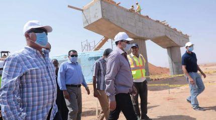 وزير النقل : يتابع اعمال تنفيذ ثلاثة محاور علي النيل بأسوان